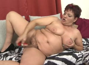Plump mature feeding unshaved labia